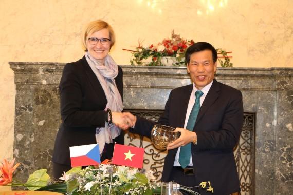 Bộ trưởng Bộ văn hóa, thể thao và du lịch Việt Nam Nguyễn Ngọc Thiện và bà Bộ trưởng Phát triển vùng CH Séc Karla Šlechtová