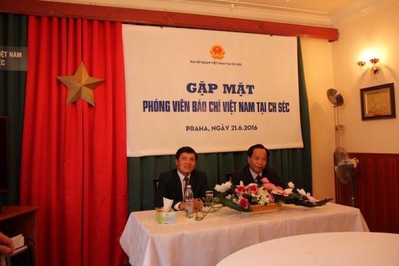 Chủ trì buổi gặp có Đại sứ Trương Mạnh Sơn (bên trái) và ông Trần Việt Hùng,Phó Chủ tịch TƯ Hội người Việt nam tại Séc
