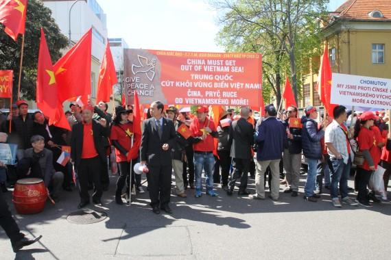 Người Việt ở Séc biểu tình trước Đại sứ quán Trung Quốc ở Praha