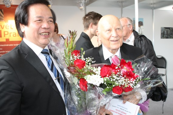 Hai tác giả Ivo Vasiljev và Nguyễn Quyết Tiến nhận hoa chúc mừng