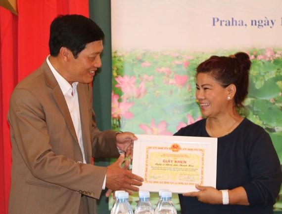 Đại sứ Trương Mạnh Sơn trao tặng giấy khen cho NSND Thanh Hoa