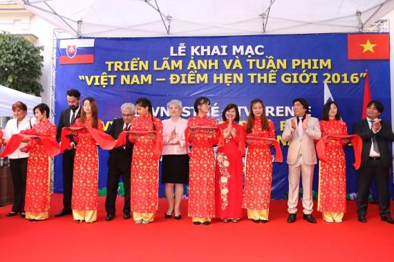Cắt băng khai trương Triển lãm và Tuần phim Việt Nam tại Slovakia