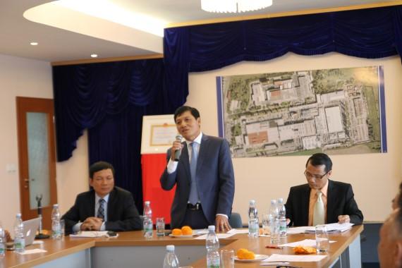 Đại sứ Trương Mạnh Sơn phát biểu tại cuộc họp.